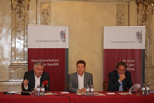 Volksanwalt Mag. Bernhard Achitz (Bildmitte) mit AK-Präsident Johann Kalliauer (links im Bild) und AK-Präsident Erwin Zangerl © AK Oberösterreich