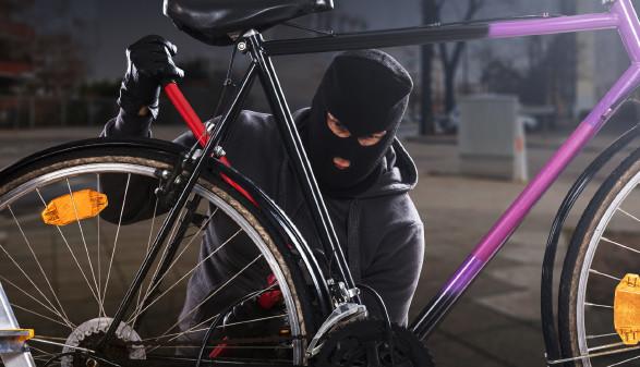 Person bricht Fahrradschloss auf © Andrey Popov, stock.adobe.com