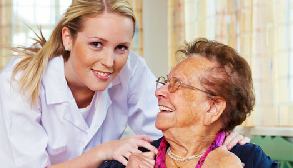 Pflegerin mit einer Pensionistin © Gina Sanders, fotolia.com