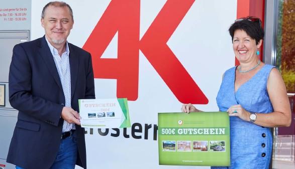 AK-Vizepräsident Harald Dietinger überreicht den Gutschein an Gewinnerin Martina Steininger © -, Arbeiterkammer Oberösterreich