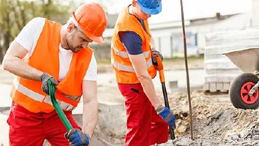 Zwei Bauarbeiter schaufeln eine Grube © Photographee.eu, Fotolia.com