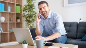 Mann im Home-Office telefoniert © Paolese , stock.adobe.com