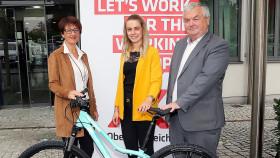 Mountainbike wird an die Gewinnerin übergeben © A.Maringer, Arbeiterkammer Oberösterreich