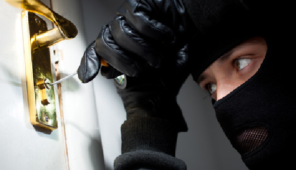 Einbrecher öffnet Türschloss © Sergey, Fotolia.com
