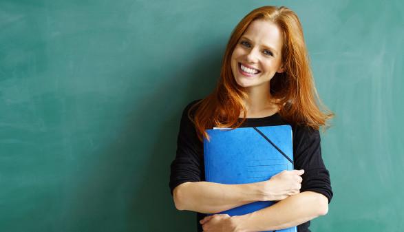 Junge Frau mit Unterlagen in der Hand © contrastwerkstatt, stock.adobe.com