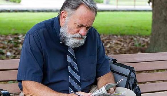 Älterer Mann sitzt auf Parkbank und liest eine Zeitung © sframe, Fotolia.com