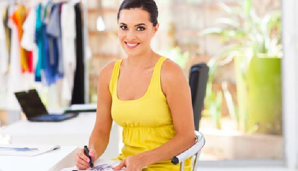 Frau mit gelbem Minikleid © michaeljung, Fotolia.com