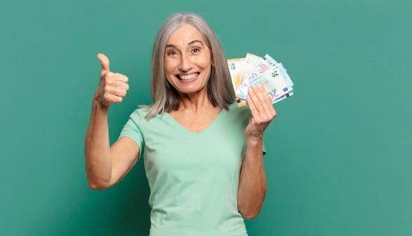 Frau mit Geldscheine © kues1, adobe.stock.com