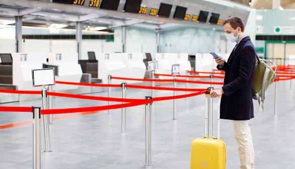 Reisender vorm Check-In am Flughafen © Evgenia, stock.adobe.com