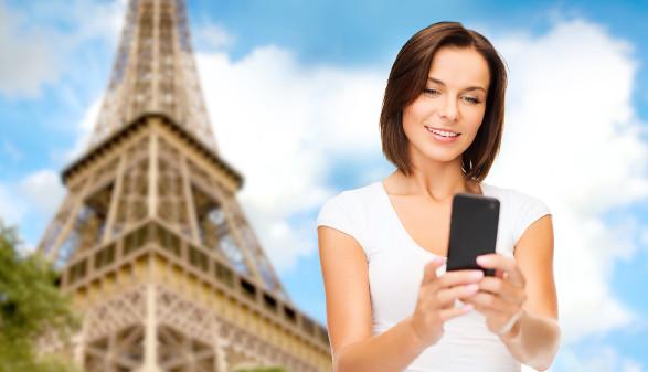 Frau bedient im Urlaub HandyApp © Syda Productions, stock.adobe.com