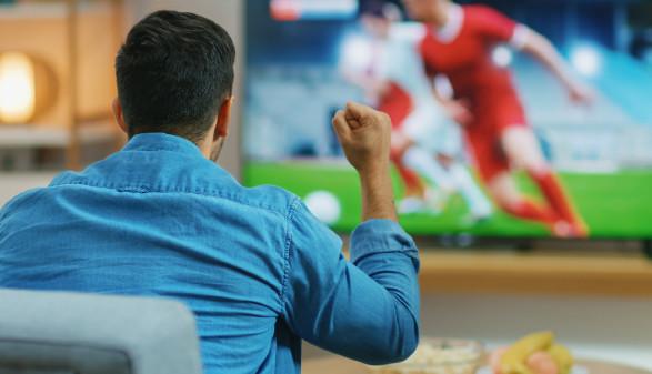 Fußballfan sitzt vor Fernseher und verfolgt Fußballspiel © Gorodenkoff , stock.adobe.com