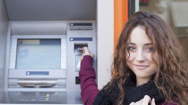 Mädchen vor Bankomat © Dobok, stock.adobe.com