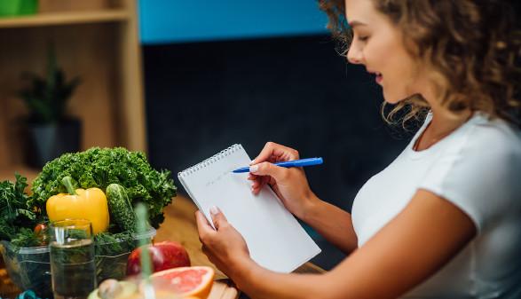 Junge Frau erstellt Ernährungsplan © Тарас Нагирняк , stock.adobe.com