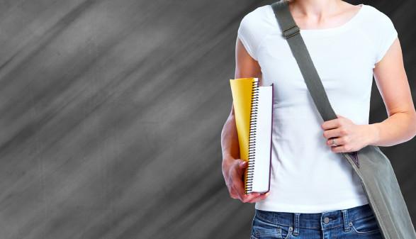 Student hält Bücher in der Hand © Kurhan, stock.adobe.com