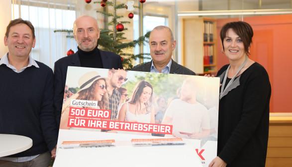 Preisübergabe: Gewinn für Beschäftigte von Mayr Schulmöbel © R. Brunhofer, Arbeiterkammer Oberösterreich