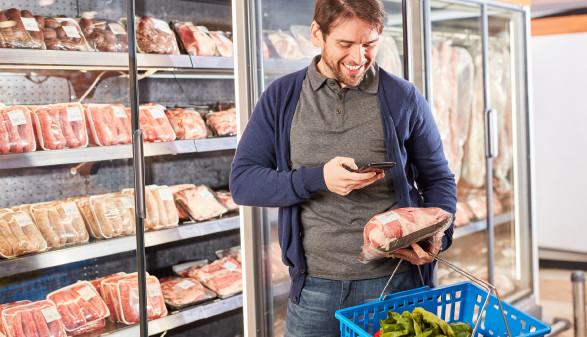 Mann scannt mit Handy-App Lebensmittel © Robert Kneschke, stock.adobe.com