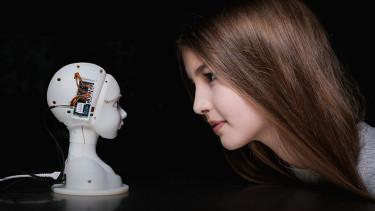 Roboter-Kopf und Mädchen © -, vog.photo