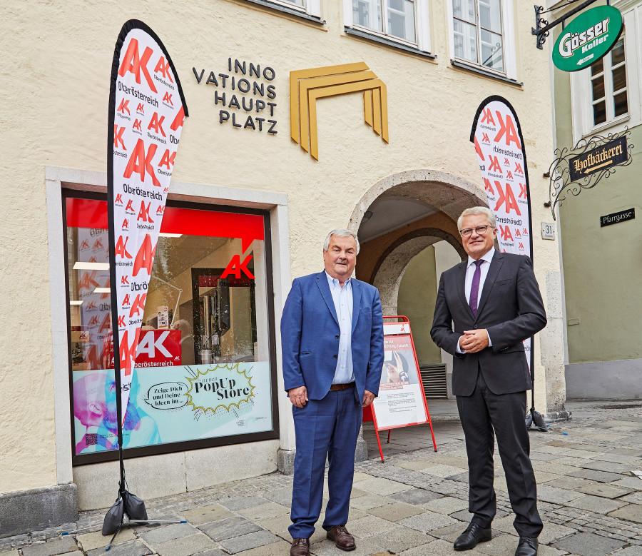 AK-Präsident Kalliauer (links) und Bürgermeister Luger vor dem Pop-UP-Store am Linzer Hauptplatz © AK Oberösterreich
