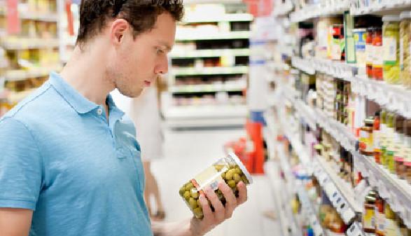 Konsument überprüft Haltbarkeitsdatum beim Einkauf © anyaberkut, Fotolia.com