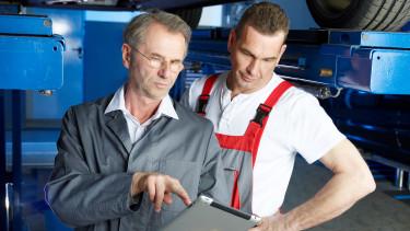 Arbeitsinspektor zeigt Betriebsrat etwas am Tablet © Karin & Uwe Annas , stock.adobe.com