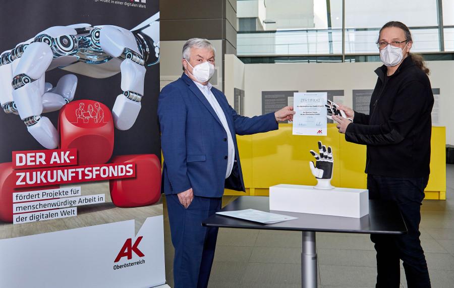 Überreichung des AK-Zukunftsfonds-Zertifikats © E. Wimmer, Arbeiterkammer Oberösterreich