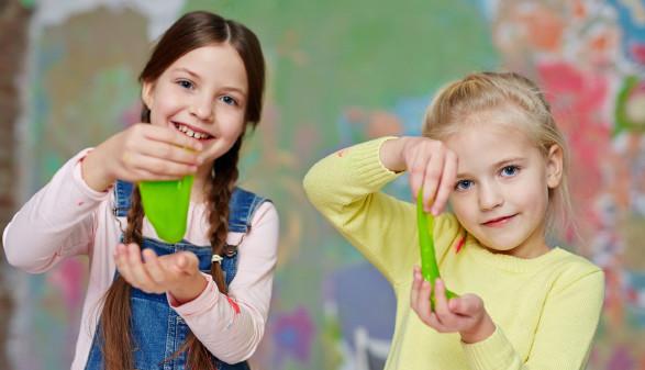 Kinder halten Spielschleim in ihren Händen © pressmaster , stock.adobe.com
