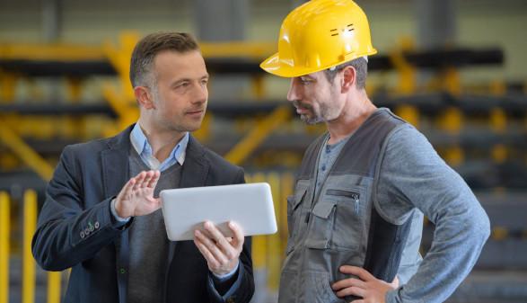 Betriebsrat mit Tablet redet mit Arbeiter © auremar, stock.adobe.com