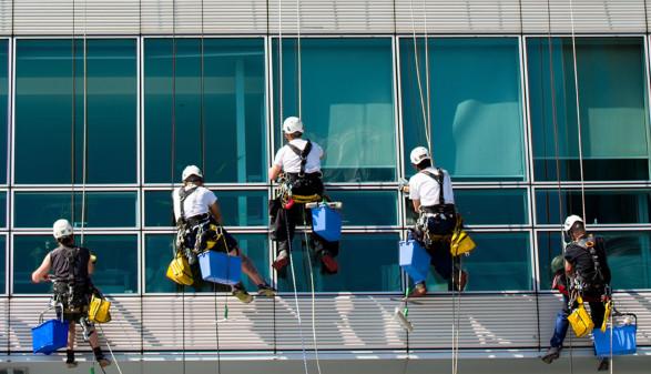 Fensterputzer bei der Arbeit © Grafxart, stock.adobe.com