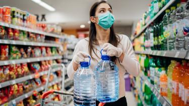 Frau mit Mundschutz im Supermarkt © eldarnurkovic, stock.adobe.com
