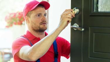 Tür wird durch Mitarbeiter vom Schlüsseldienst geöffnet © ronstik, stock.adobe.com