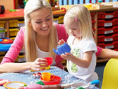 Kleines Mädchen bei der Kinderbetreuung © micromonkey, fotolia.com