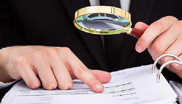 Mit Lupe Dokument lesen © Andrey Popov, Fotolia.com