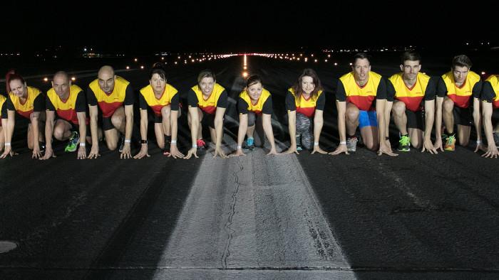 Läufer/-innen in Startposition beim airport NIGHT RUN © -, www.cityfoto.at