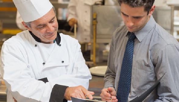 Koch erklärt Angestellten Inhalt der Speisekarte © WavebreakmediaMicro, Fotolia.com