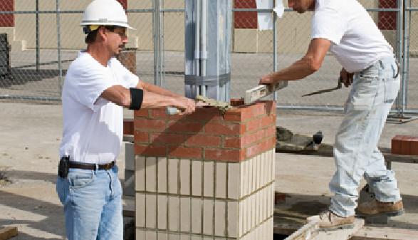 Bauarbeiter arbeiten auf einer Baustelle © lawcain, Fotolia.com