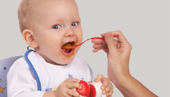 Baby bekommt Babybrei © Franz Pfluegl, Fotolia.com