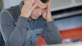 Trauriger Mann stützt Kopf in seine Hände © auremar, stock.adobe.com