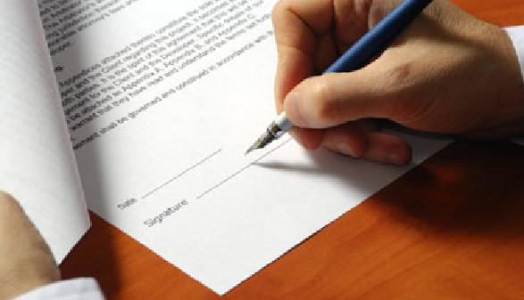 Mann unterschreibt einen Vertrag © Photosani, fotolia.com
