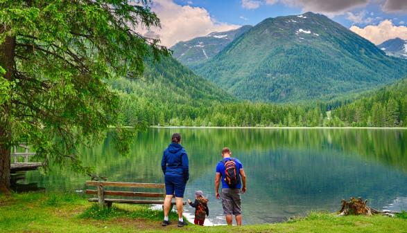 Familie beim Wanderurlaub am See © Hajarimanitra , stock.adobe.com