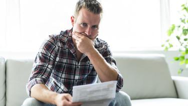 Mann mit Brief sitzt auf Couch © pololia , stock.adobe.com