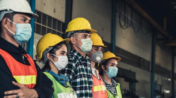 Fabriksarbeiter mit Mund/Nasenschutz vor Coronaviren © Blue Planet Studio, stock.adobe.com