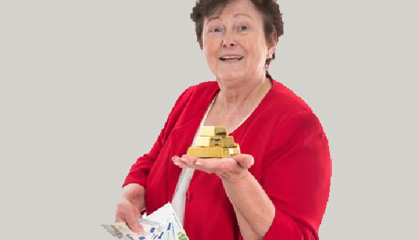Frau hält Goldbarren in der einen und Geldscheine in der anderen Hand © Jeanette Dietl, Fotolia.com