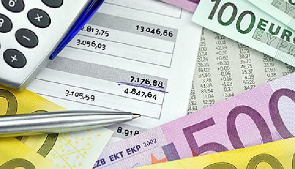 Geldscheine liegen auf dem Tisch mit einem Kugelschreiber und Taschenrechner © photocrew, fotolia.com