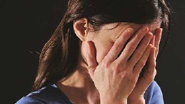 Frau hält sich die Hände vor das Gesicht © -, AK Oberösterreich