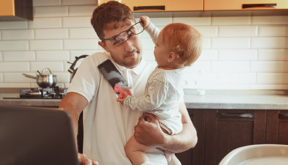 Vater in Homeoffice mit Kleinkind © svitlychnaja, stock.adobe.com