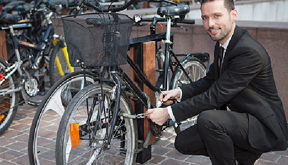 Geschäftsmann schließt sein Fahrrad ab © Production Perig, Fotolia.com