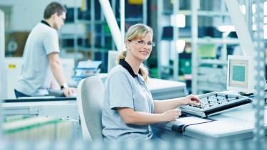 Frau arbeitet an einem computerunterstützten Arbeitsplatz © -, AK Oberösterreich