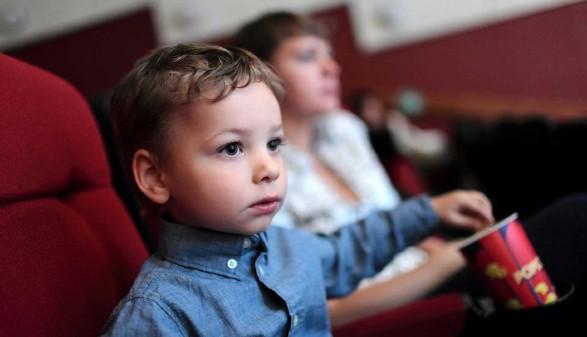 Junge isst Popkorn im Kino © Arkady Chubykin, stock.adobe.com
