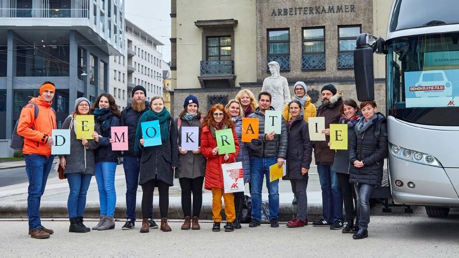 """Lehrerinnen und Lehrer aus ganz Oberösterreich besuchten mit dem """"Demokratietaxi"""" der Arbeiterkammer Institutionen der demokratischen Mitbestimmung in Linz. © Erwin Wimmer, Arbeiterkammer Oberösterreich"""