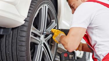 Mann beim Reifenwechseln © Karin und Uwe Annas, stock.adobe.com